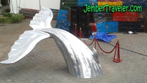 Ekor ikan paus dari aluminium