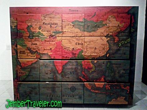 Lemari dengan peta dunia