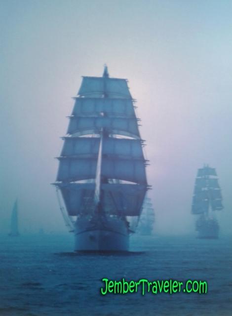 Foto kapal layar di kala kabut
