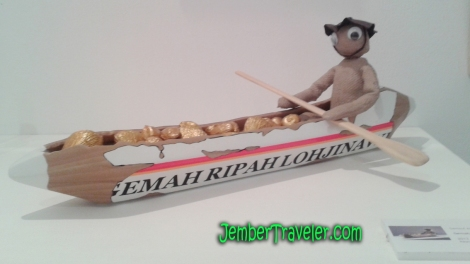 Patung kecil dengan kapal dari pensil