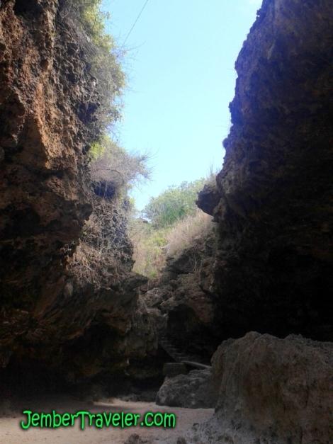 Undak-undak di antara Tebing
