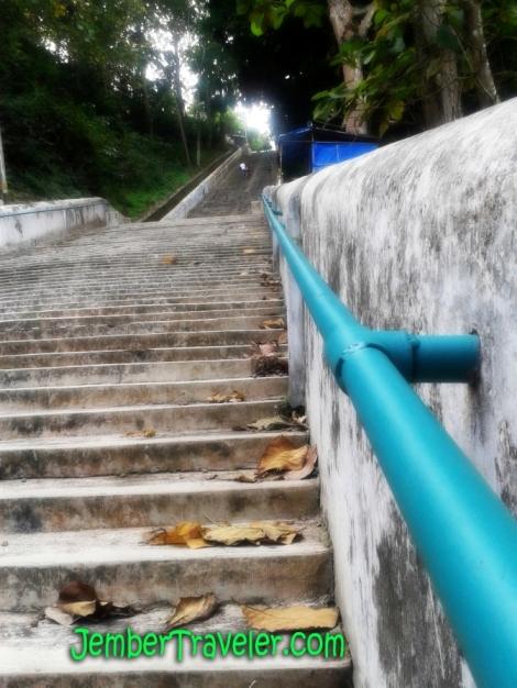 Naik naik.. ke puncak anak tangga. Tinggi tinggi sekali. Kiri kanan kulihat saja. Banyak kuburan. #Nyanyi