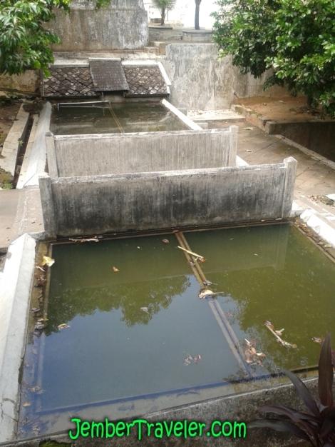 Jembatan di antara dua kolam