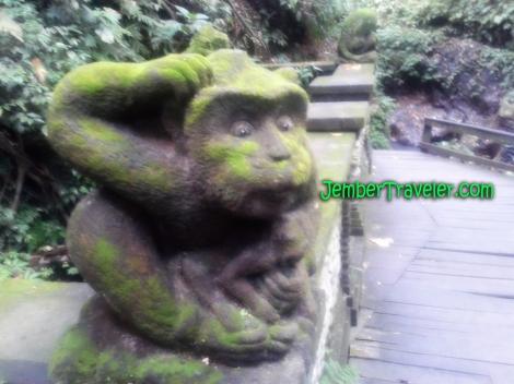 Patung Monyet di tepi sungai kecil