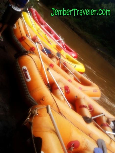 Perahu-perahu karet ditepikan