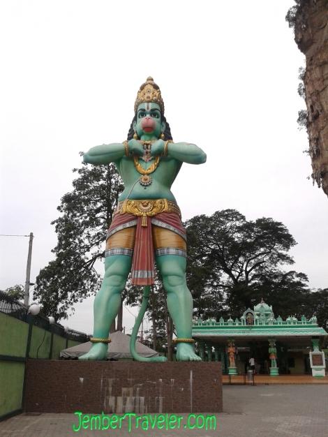 Patung Hanoman dan pura pemujaan di belakangnya