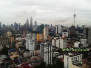 Menara Petronas dan KL Tower dari jendela apartment