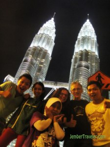 Kita lagi di depan menara kembar Petronas