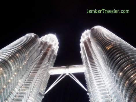 Menara Petronas tampak dari bawah