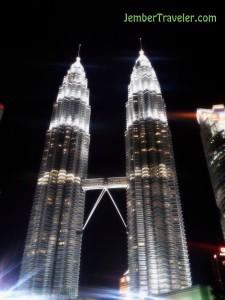 Menara Petronas dari tampak dari belakang