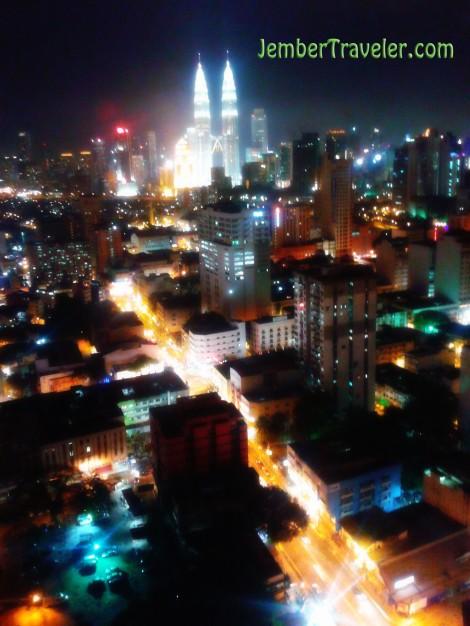 Menara Petronas malam hari dari apartment