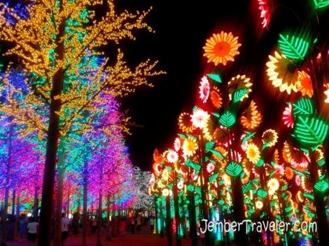 Pohon Cemara dan Bunga Matahari Lampu