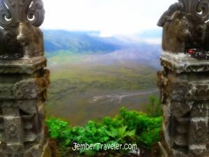 Pura dengan latar belakang Gunung Bromo