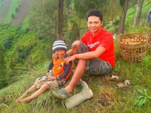 Menemani anak petani yang sedang menunggu keluarganya bercocok tanam di sawah