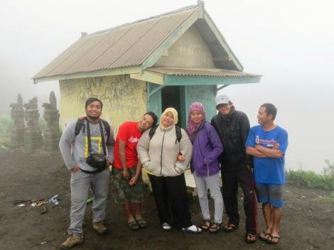 kiri-kanan : Rizal, Aaron, Mbak Ike, Rina, Daniel, Jhon