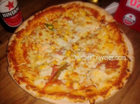 Pizza ini yang jadi andalannya. Namanya saya lupa. :)