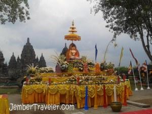 Patung Buddha dan beberapa persembahan