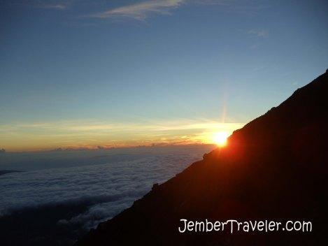 Teruslah bersinar wahai sang surya. Para pendaki selalu menantimu. Photo by : Daniel Denz