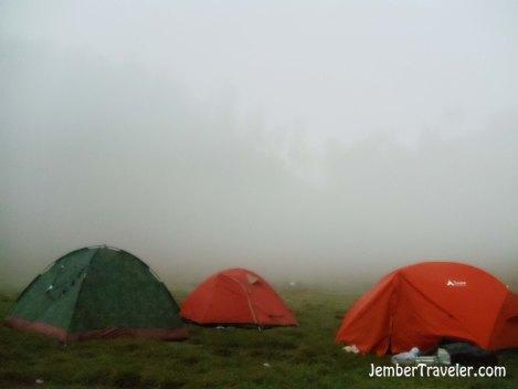 Tenda-tenda diselimuti kabut di pagi hari. Photo by : Daniel Denz