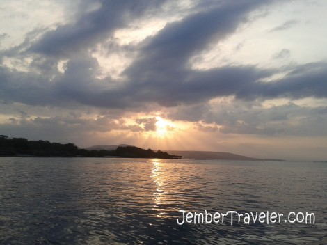 Matahari terbenam di balik rerimbunan awan