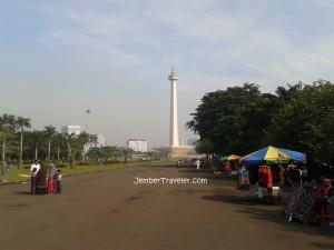 Monumen Nasional (Monas) dan pedagang kaki limanya