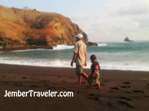 Seorang anak kecil yang mengikuti jejak langkah Sang Ayah.