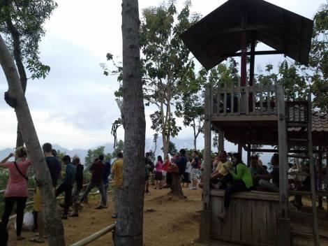 Situasi pengunjung di Punthuk Setumbu. Photo by : Pak Dadi
