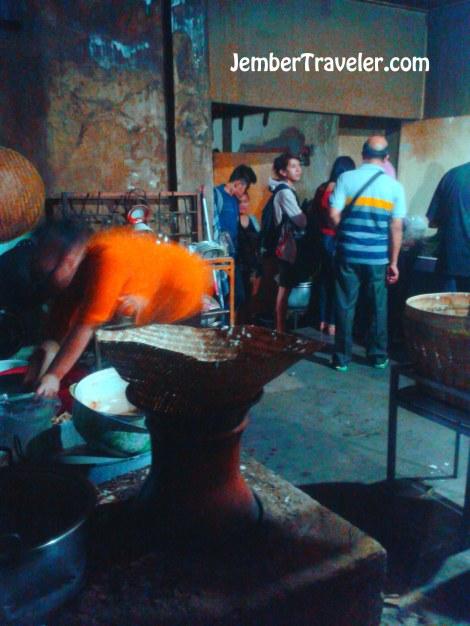 Nasi juga ditanak dengan alat masak tradisional