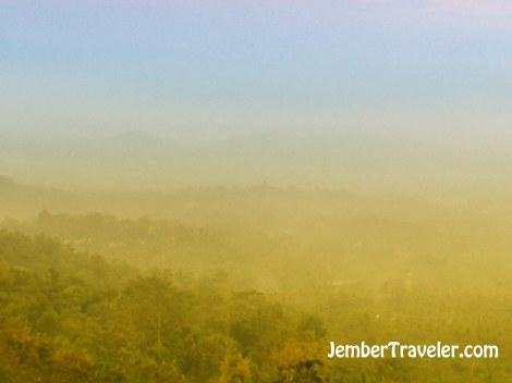 Candi Borobudur dari kejauhan