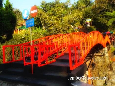 Jembatan yang melewati sungai