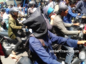 Atraksi naik motor dengan kepala tertutup