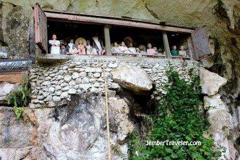 Patung-patung di dinding bukit
