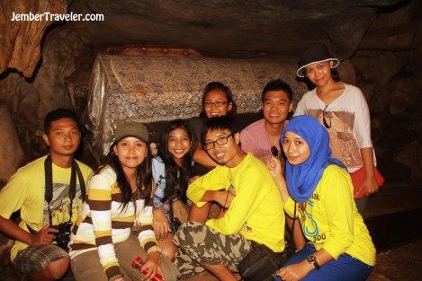 Di dalam gua kubur