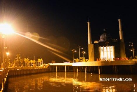 """Masjid """"terapung"""" Amirul Mukminin"""