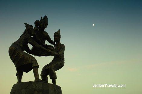 Patung yang menggambarkan permainan tradisional Suku Bugis