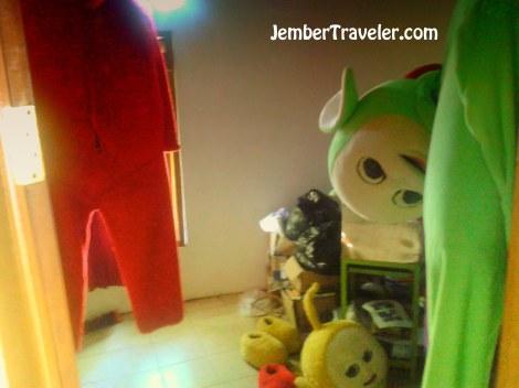 Kamar yang berisi kostum teletubbies