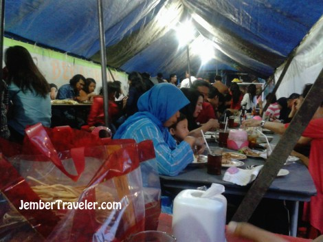 Suasana pengunjung yang ramai di dalam tenda warung