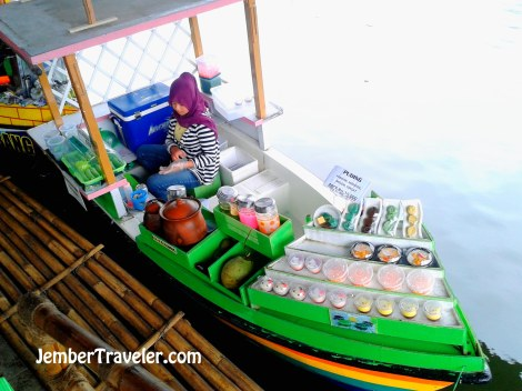 Pedagang di Floating Market