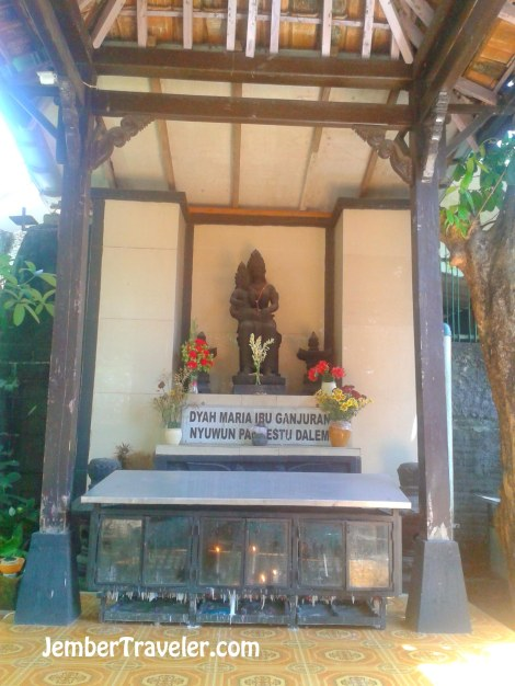 Patung Bunda Maria dengan Corak Budaya Jawa. Di depannya ada kotak tempat meletakkan lilin doa.