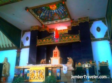 Di dalam Joglo, altar tempat diadakannya misa. Interiornya perpaduan dari budaya Jawa dengan Eropa