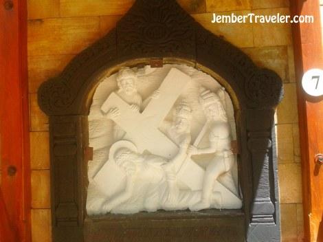 Salah satu relief jalan salib yang bercorakkan budaya Jawa.