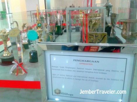 Medali penghargaan milik Kota Surabaya