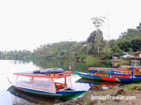 Perahu di tepi danau