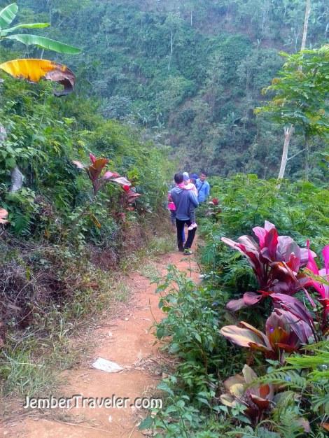 Keluarga yang menuruni lembah menuju air terjun
