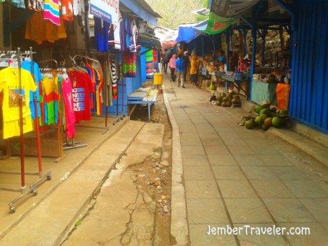 Kios-kios di sepanjang jalan menuju goa