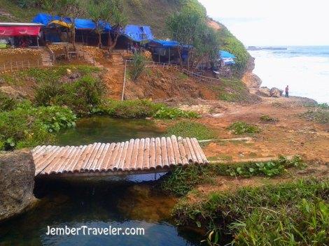 Jembatan bambu dan warung-warung di atas air terjun