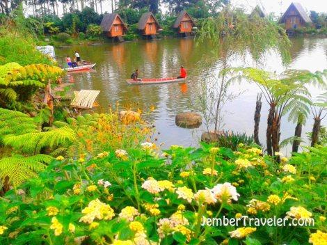 Saung Purbasari di seberang danau buatan