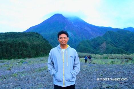 Boleh lah ya numpang narsis dengan background Gunung Merapi