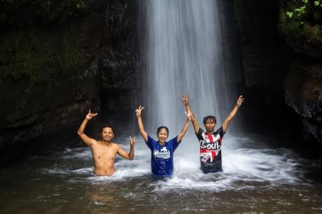 Aaron, Alfa, dan Jaya. Kami berada di bawah Air Terjun Damarwulan.  Photo by : Arif Angga Yudha