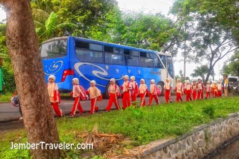 Anak-anak yang baru saja keluar dari bus